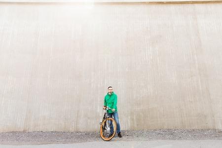 clavados: personas, estilo, ocio y estilo de vida - hombre inconformista joven feliz con la bici de pi��n fijo en la calle de la ciudad