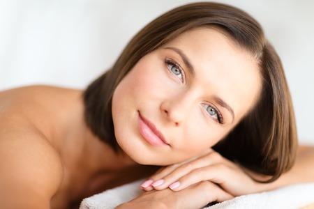 Gesundheit, Schönheit, Resort und Entspannung Konzept - schöne Frau in Spa-Salon auf dem Schreibtisch liegen massage