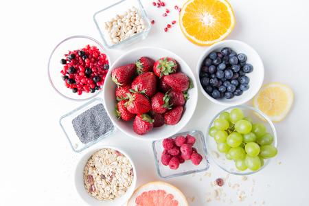 kulinarne: healthy eating, dieting, vegetarian food and people concept - close up of fruits and berries in bowl on table Zdjęcie Seryjne