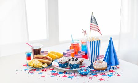 国民の祝日、お祝い、食品と愛国心のコンセプト - クローズ アップ アメリカの旗の装飾、ポテトチップス、ドリンクとホットドッグの 7 月 4 日に自 写真素材