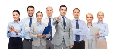 het bedrijfsleven, mensen, corporate, teamwork en office concept - groep van tevreden ondernemers wijzend op u Stockfoto
