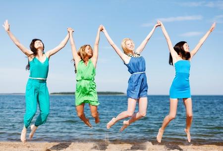 despedida de soltera: vacaciones de verano y vacaciones - muchachas que saltan en la playa