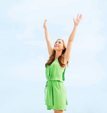 vacances d'été et vacances - fille avec des mains vers le haut dans le port