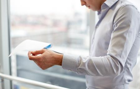 ビジネス、人々、書類や財政コンセプト - クリップボードとオフィスで紙とビジネスマン
