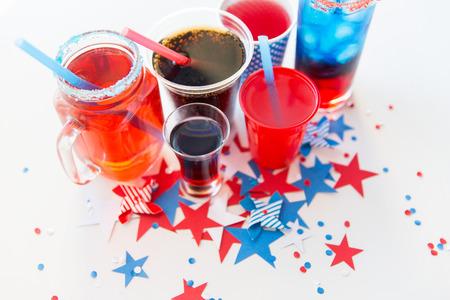 julio: día de la independencia americana, celebración, el patriotismo y el concepto de vacaciones - cerca de tazas y vasos con bebidas en América del Día de la Independencia de grupo de arriba Foto de archivo