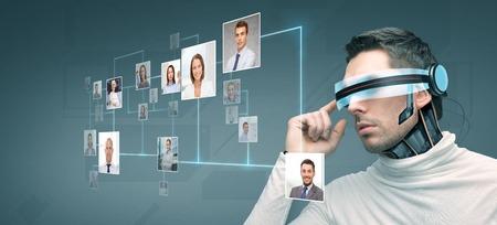 las personas, la tecnología, el futuro y el progreso - hombre con gafas futuristas y 3d implante de microchip o sensores sobre fondo azul con iconos de los contactos de la red Foto de archivo