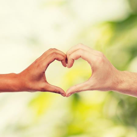 donna innamorata: amore e le relazioni concept - primo piano di uomo e donna mani mostrando a forma di cuore