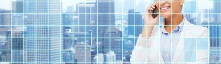 construccion: negocio, la gente y el concepto de comunicación - sonriendo africano americano de negocios llamada en el teléfono inteligente sobre la ciudad y la red de fondo azul