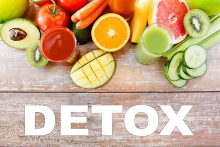 comidas saludables: desintoxicación, la alimentación saludable, la comida y la dieta concepto - cerca de vaso de zumo fresco y frutas en la mesa Foto de archivo