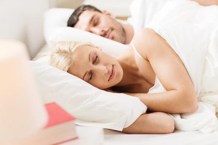pareja durmiendo: las personas, la familia, la hora de acostarse y el concepto de la felicidad - feliz pareja durmiendo en la cama en su casa Foto de archivo