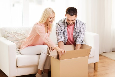 sala parto: la gente, la consegna, il trasporto e il concetto di servizio postale - felice scatola di cartone paio di apertura o pacco a casa
