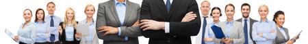 het bedrijfsleven, mensen, samenwerking en onderwijs concept - close-up van zakenvrouw en zakenman met gekruiste armen over office team achtergrond