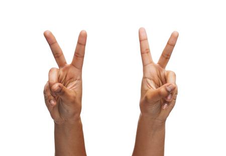 signo de paz: el gesto y las partes del cuerpo concepto - manos de la mujer que muestra la v-muestra
