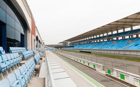 gradas estadio: carreras, Motosports, concepto extrema y el automovilismo - carretera vac�a y gradas en el estadio