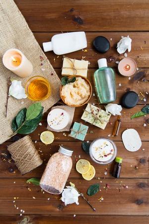 beauty, spa, therapie, natuurlijke cosmetica en wellness-concept - close-up van lichaamsverzorging cosmetische producten op hout Stockfoto