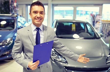 activité automobile, vente voiture, le consumérisme et les gens notion - homme heureux au salon de l'auto ou un salon