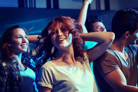 partie, vacances, vie nocturne et les gens notion - amis heureux dansant au club de nuit