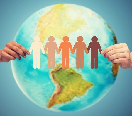 continente americano: la gente, la geografía, la población y la paz concepto - cerca de las manos del hombre con el planeta tierra mostrando continente americano sobre fondo azul