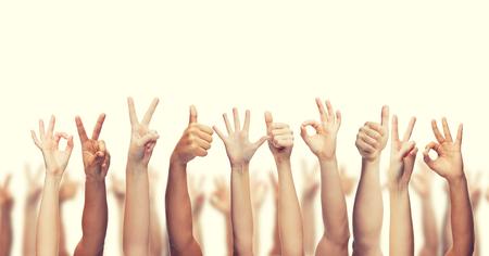 gesto y partes del cuerpo concepto - Manos humanas que muestran los pulgares arriba, ok y signos de la paz