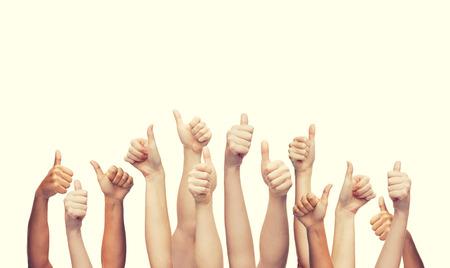 ジェスチャーと体パーツ コンセプト - 人間を示す親指を手します。