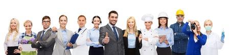 personas, profesión, calificación, el empleo y el concepto de éxito - hombre de negocios feliz sobre los trabajadores profesionales que muestran los pulgares para arriba
