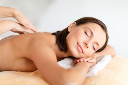 schöne augen: Gesundheit, Schönheit, Resort und Entspannungs-Konzept - schöne Frau mit geschlossenen Augen in Spa-Salon, der Massage Lizenzfreie Bilder