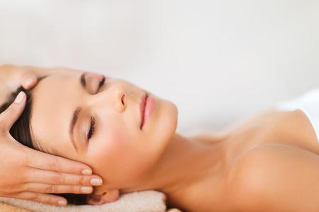 tratamiento facial: spa, centro turístico, la belleza y el concepto de salud - mujer hermosa en el salón de spa recibiendo tratamiento facial