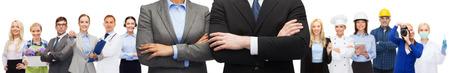 profesiones: negocio, la gente, la cooperación y la educación concepto - Cierre de negocios y hombre de negocios con los brazos cruzados sobre los representantes de los diferentes antecedentes profesiones