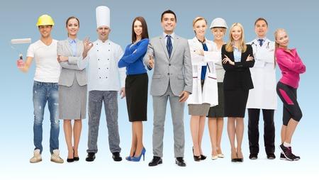 Menschen, Beruf, Qualifikation, Beschäftigung und Erfolgskonzept - glücklich Geschäftsmann mit einer Gruppe von professionellen Arbeiter Daumen nach oben auf blauem Hintergrund zeigt Standard-Bild