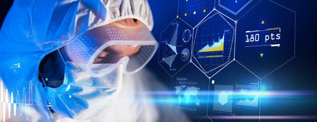 wetenschap, chemie, toekomstige technologie, geneeskunde en mensen concept - close-up van wetenschapper gezicht in een veiligheidsbril en beschermend masker op wetenschappelijk laboratorium via virtuele bureaubladen formule Stockfoto