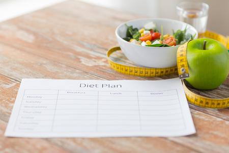 zdrowe odżywianie, diety, odchudzanie i ważą koncepcję strat - bliska plan diety papieru zielone jabłko, pomiaru taśmy i sałatki