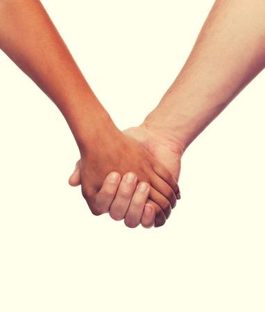 cogidos de la mano: el amor y el concepto de las relaciones - detalle de mujer y hombre de la mano Foto de archivo
