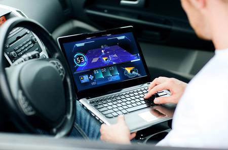 トランスポート、近代的な技術と人々 のコンセプト - 車のラップトップ コンピューターでナビゲーション システムを使用している人 写真素材 - 54412196