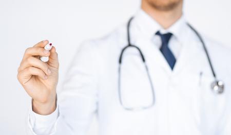 marker: cerca de médico escrito algo en el aire con el marcador Foto de archivo