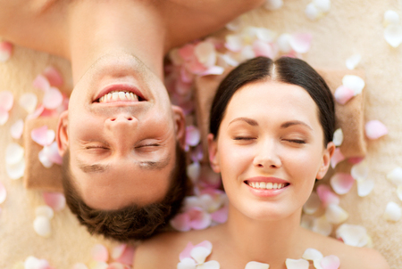 ojos cerrados: faces of couple in spa salon lying on the massage desks Foto de archivo