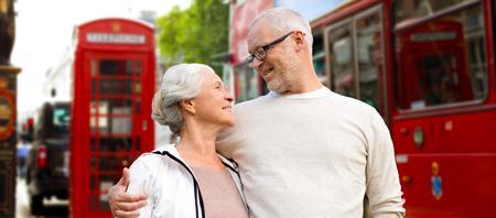 familia unida: familiar, la edad, el turismo, los viajes y el concepto de la gente - par mayor feliz sobre la calle de Londres de la ciudad en Inglaterra