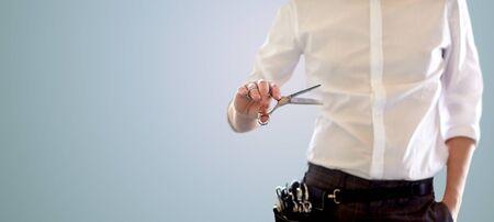 peluqueria: belleza y peluquería, el peinado y el concepto de la gente - cerca de estilista masculino con tijeras sobre fondo azul en blanco