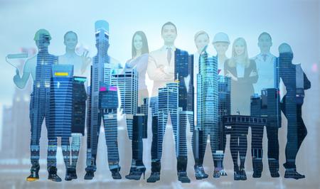 concepto de personas, profesión, calificación, empleo y éxito: hombre de negocios feliz sobre un grupo de trabajadores profesionales sobre antecedentes de la ciudad
