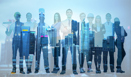 ludzie, zawód, kwalifikacje, zatrudnienie i powodzenia koncepcji - zadowolony biznesmen nad grupą profesjonalnych pracowników na tle miasta