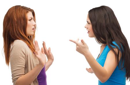 chicas adolescentes: la intimidación, la amistad y el concepto de la gente - dos adolescentes que tienen una lucha Foto de archivo