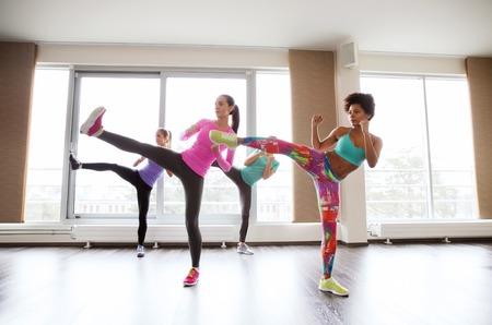 adentro y afuera: fitness, deporte, entrenamiento, gimnasio y artes marciales concepto - grupo de mujeres que trabajan fuera luchando técnica en el gimnasio Foto de archivo