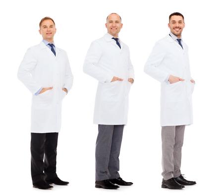 bata blanca: la medicina, la ciencia, la profesión y el concepto del cuidado de la salud - médicos felices en la capa blanca