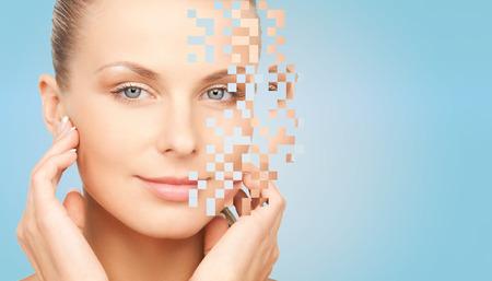 la beauté, les gens et le concept de soins du corps - belle jeune femme de toucher son visage sur fond bleu