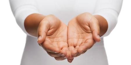 manos abiertas: la gente y la publicidad concepto - primer plano de la mujer ahuecadas manos mostrando algo
