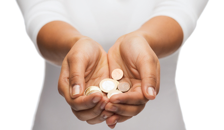 お金と財政のコンセプト - ユーロ硬貨を示す梨花のカップ状の手のクローズ アップ