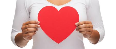 enfermedades del corazon: el amor y las relaciones concepto - detalle de manos de la mujer con el corazón