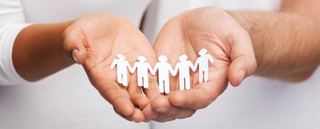 famille africaine: les relations et le concept de l'amour - gros plan de quelques mains montrant équipe papier découpé