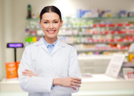 医学、薬学、人々、健康ケア、薬理学概念 - 幸せな若い女薬剤師ドラッグ ストアの背景の上