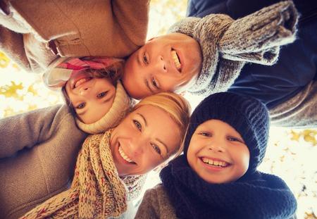 happy young: la familia, la infancia, la temporada y la gente concepto - familia feliz en parque del oto�o Foto de archivo