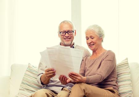 familia, negocio, la edad y las personas concepto - par mayor feliz con los papeles en el hogar
